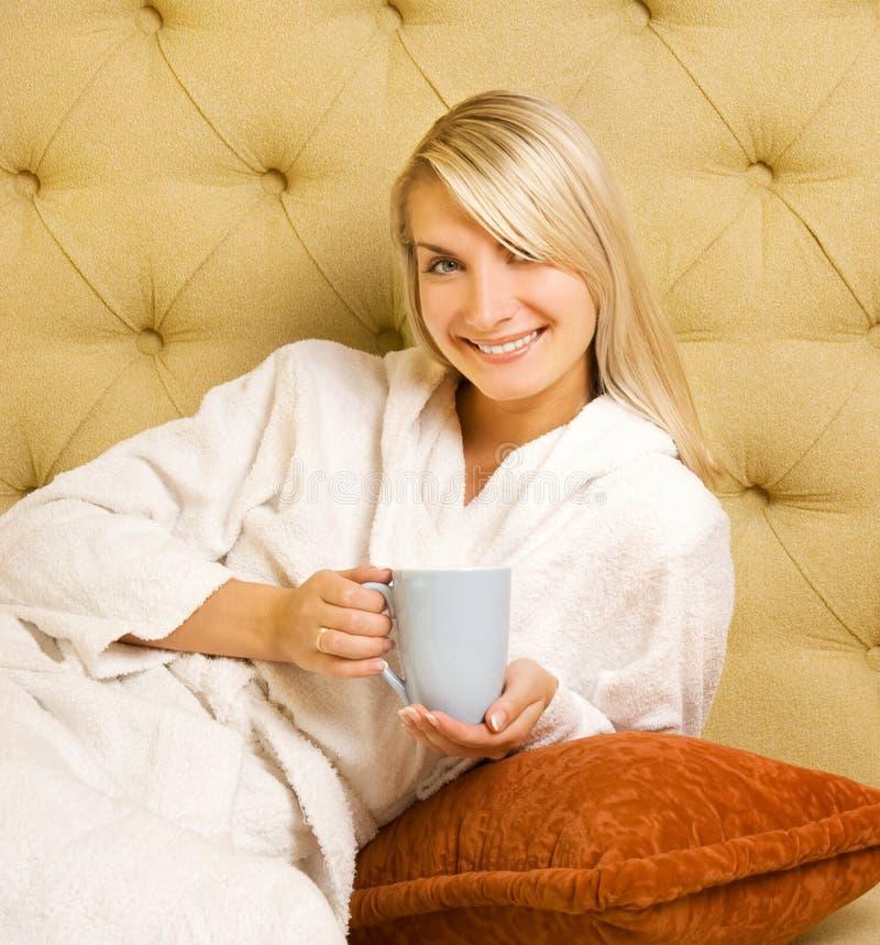 Het drinken van het meisje koffie royalty-vrije stock foto