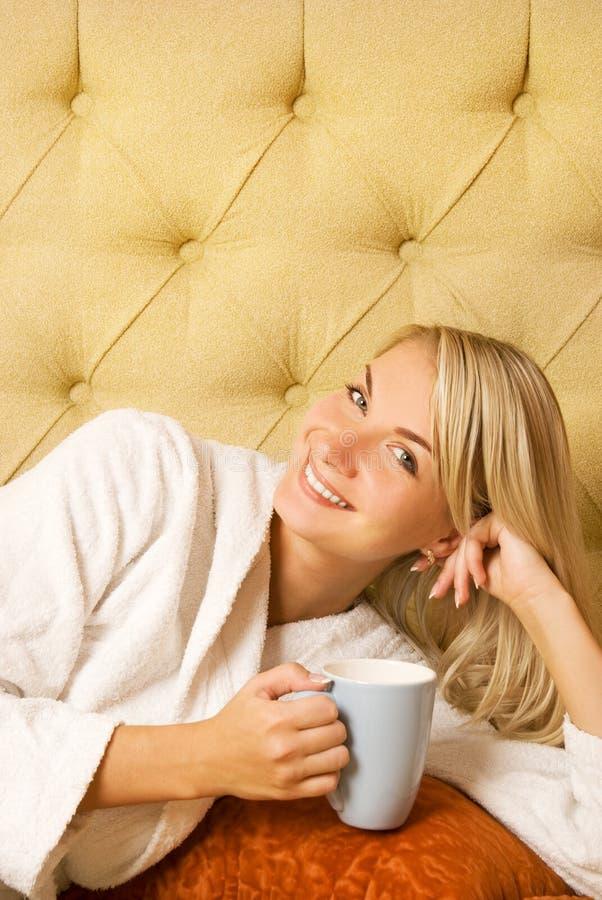 Meisje het drinken koffie stock fotografie