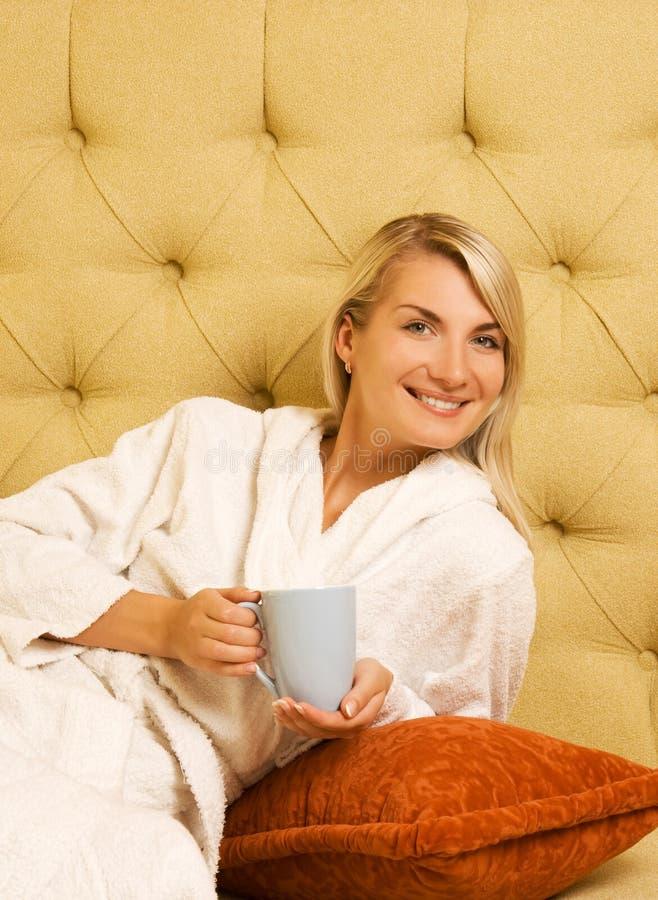 Het drinken van het meisje koffie royalty-vrije stock afbeeldingen