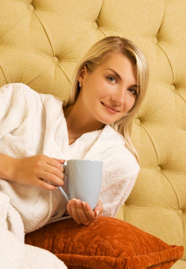Het drinken van het meisje koffie stock foto