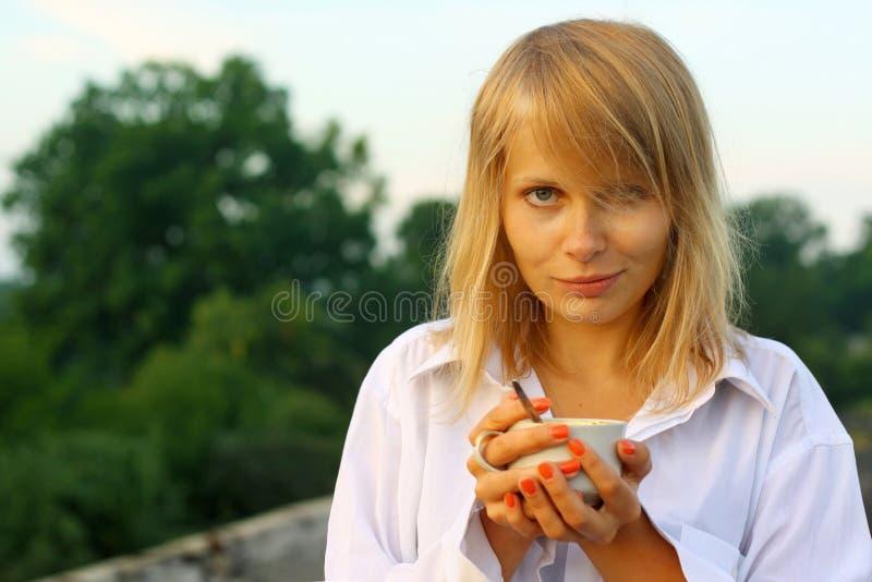 Het drinken van het meisje koffie in de ochtend royalty-vrije stock afbeelding