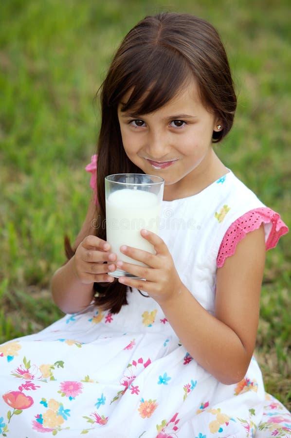 Het drinken van het meisje melk royalty-vrije stock foto