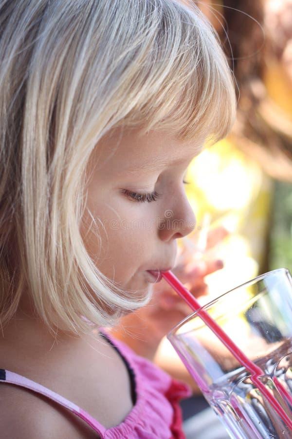 Het drinken van het meisje met stro stock foto's