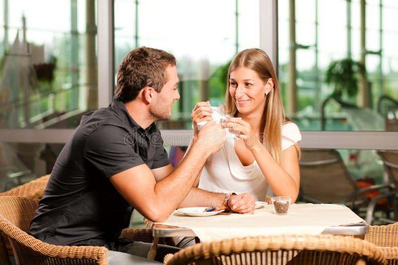 Het drinken van het paar koffie in koffie royalty-vrije stock afbeeldingen