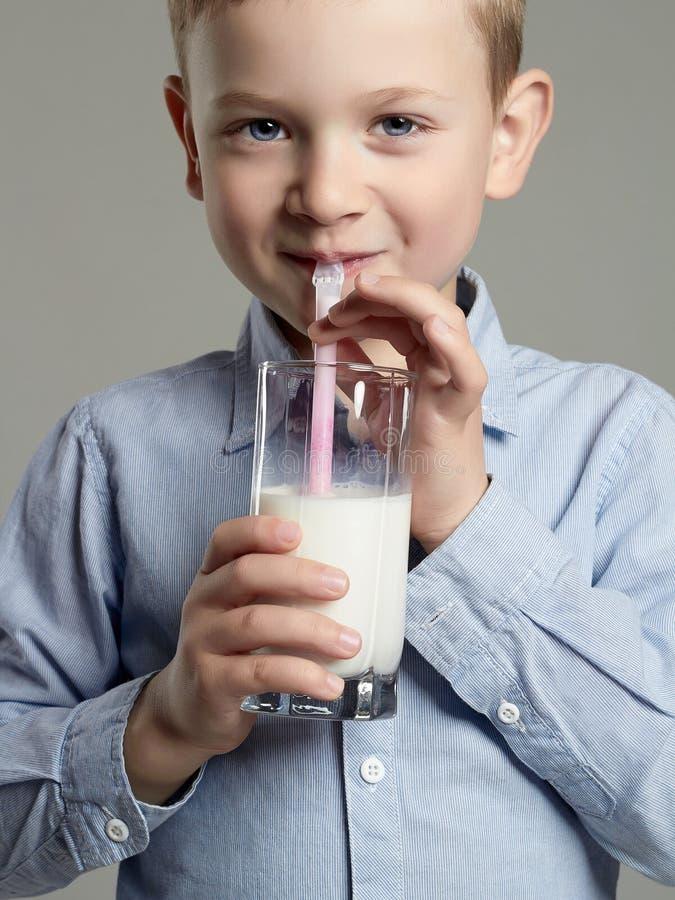 Het drinken van het kind melk Little Boy geniet melk van cocktail stock afbeelding
