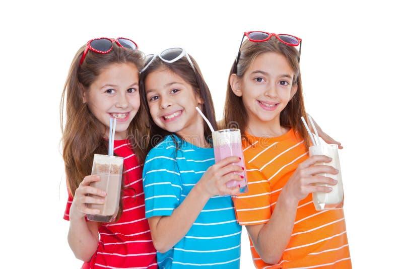 Het drinken van kinderen melkdranken stock afbeeldingen