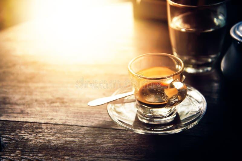 Het drinken van koffie was verminderd aan halve kop op lijst stock foto