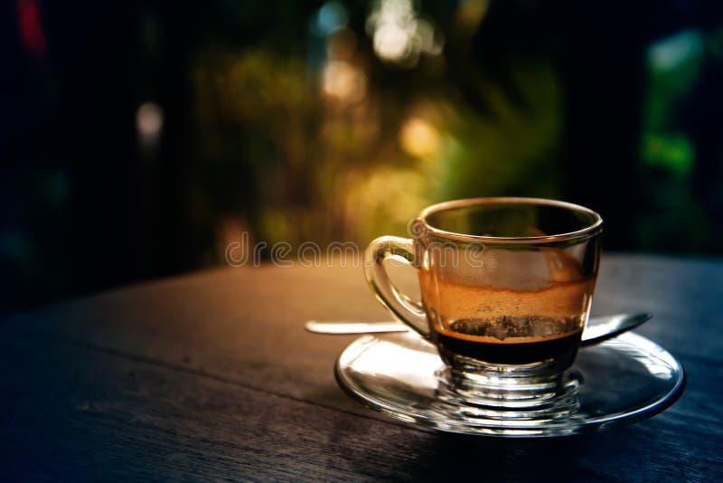 Het drinken van koffie was verminderd aan halve kop op lijst stock foto's