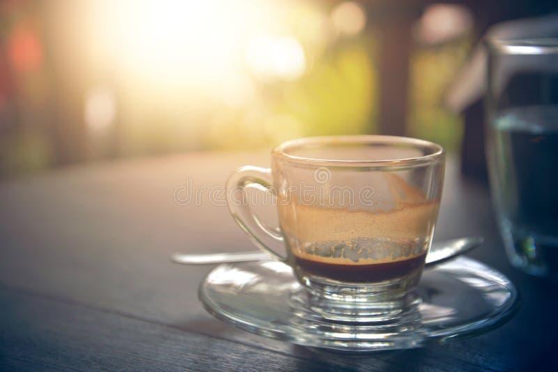 Het drinken van koffie was verminderd aan halve kop op lijst royalty-vrije stock afbeelding