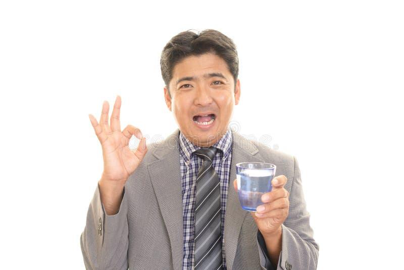 Het drinkwater van de mens royalty-vrije stock fotografie