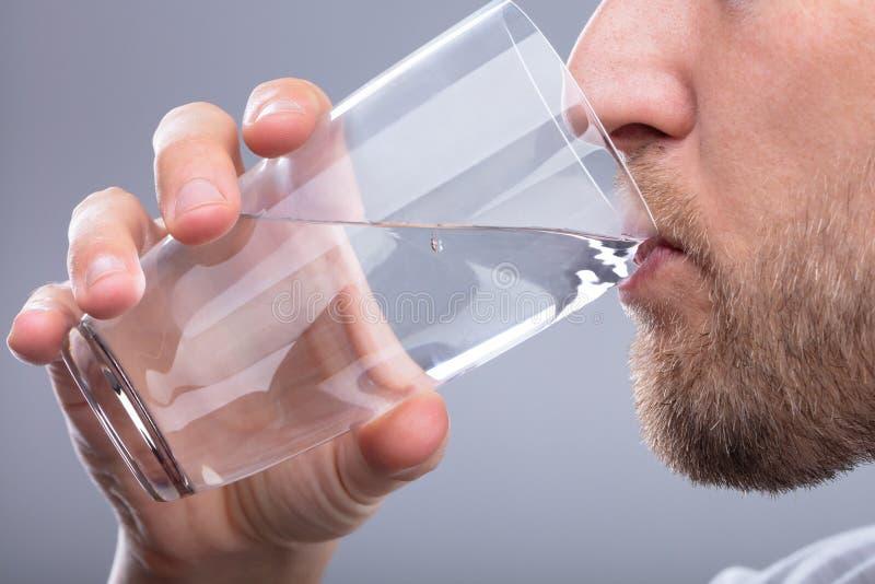 Het drinkwater van de mens stock foto