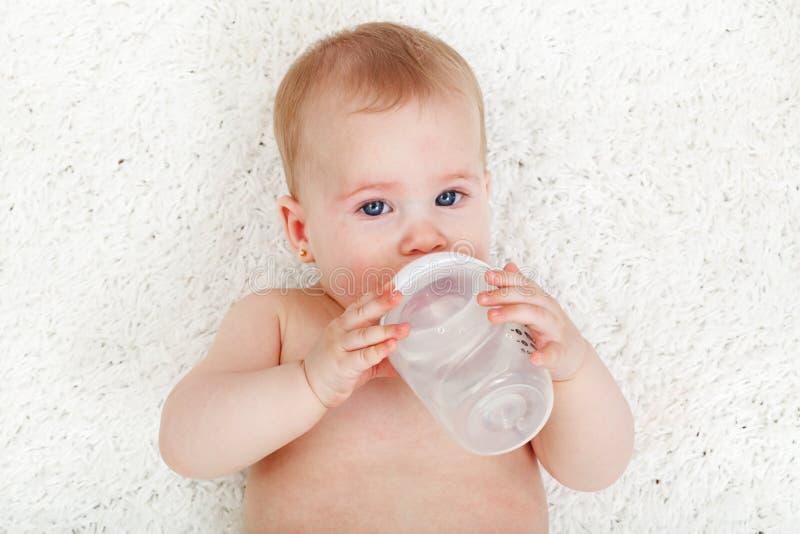 Het drinkwater van het babymeisje stock afbeelding