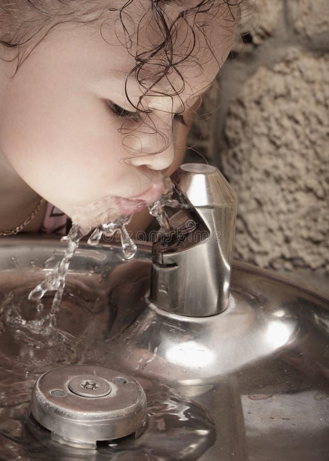 Het drinkwater van het kind stock afbeeldingen