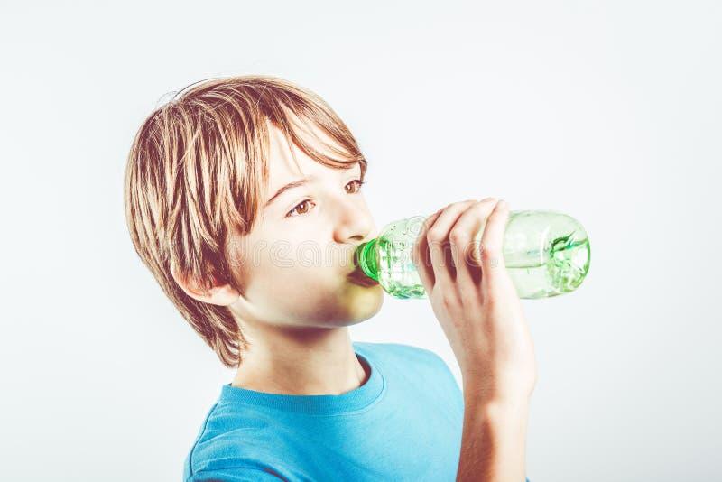 Het drinkwater van het kind stock fotografie