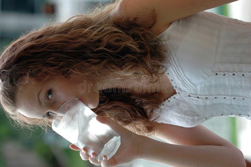 Het drinkwater van het meisje royalty-vrije stock foto