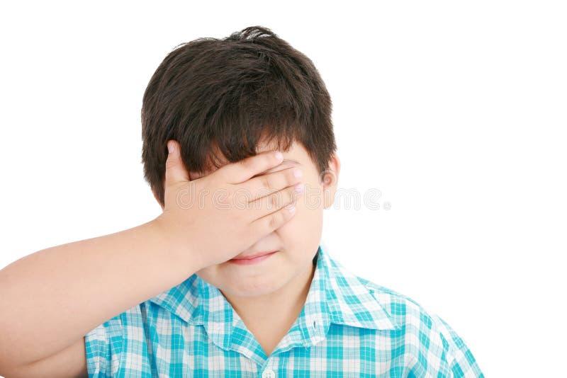 Het droevig behandelt schreeuwen van weinig jongen zijn gezicht royalty-vrije stock afbeelding