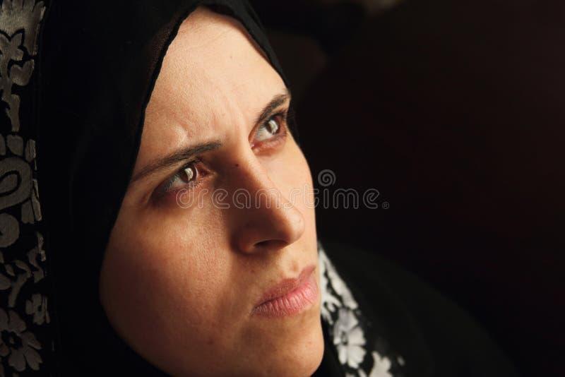 Het droevige Arabische moslimvrouw staren royalty-vrije stock foto's