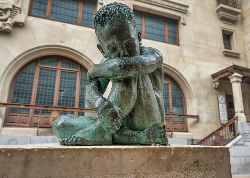 Het droevige beeldhouwwerk van het Kindbrons in het midden van vitoria-Gasteiz, Spanje stock fotografie