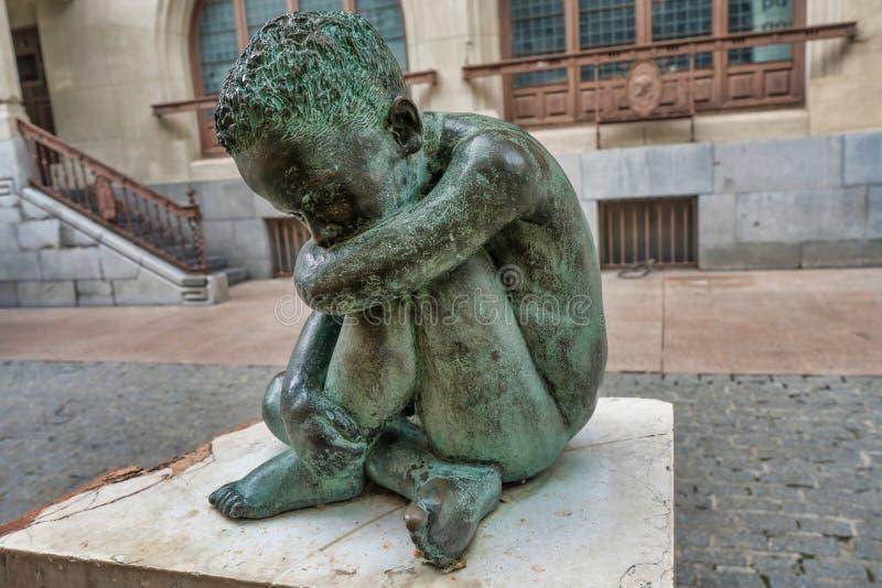 Het droevige beeldhouwwerk van het Kindbrons in het midden van vitoria-Gasteiz, Spanje royalty-vrije stock afbeelding