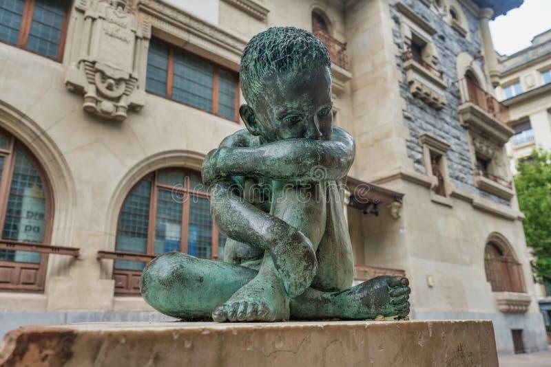 Het droevige beeldhouwwerk van het Kindbrons in het midden van vitoria-Gasteiz, Spanje royalty-vrije stock afbeeldingen