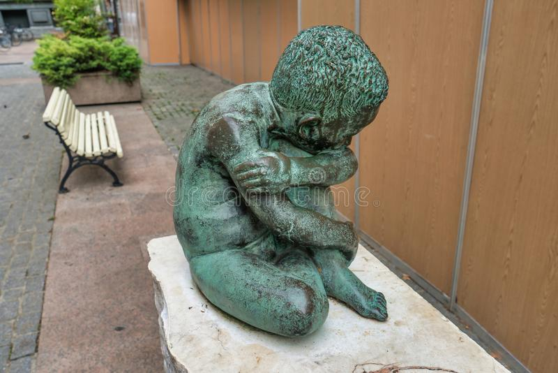 Het droevige beeldhouwwerk van het Kindbrons in het midden van vitoria-Gasteiz, Spanje stock foto's
