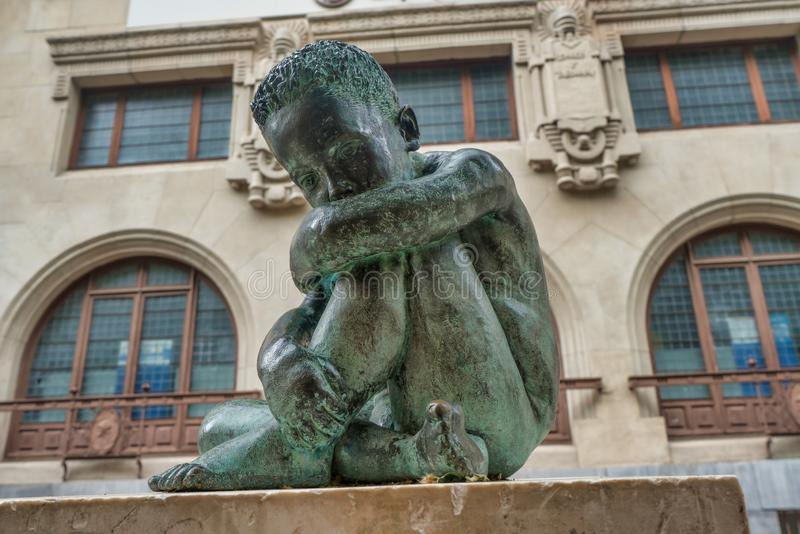 Het droevige beeldhouwwerk van het Kindbrons in het midden van vitoria-Gasteiz, Spanje stock afbeeldingen