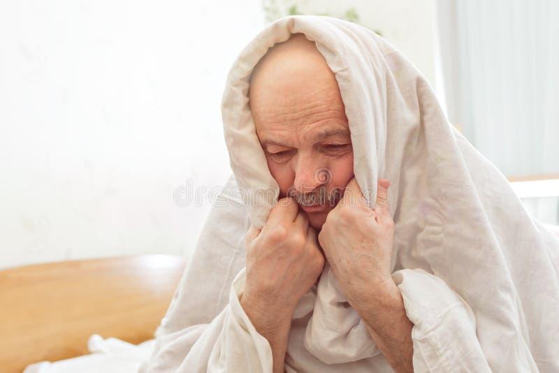 Het droevige bejaarde lijdt aan slapeloosheid royalty-vrije stock fotografie