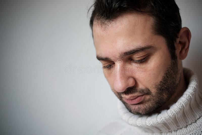 Het droevige en nadenkende mensenportret, sluit omhoog op het gezicht stock afbeeldingen