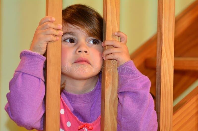 Het droevige meisje bekijkt haar vechtende ouders stock foto