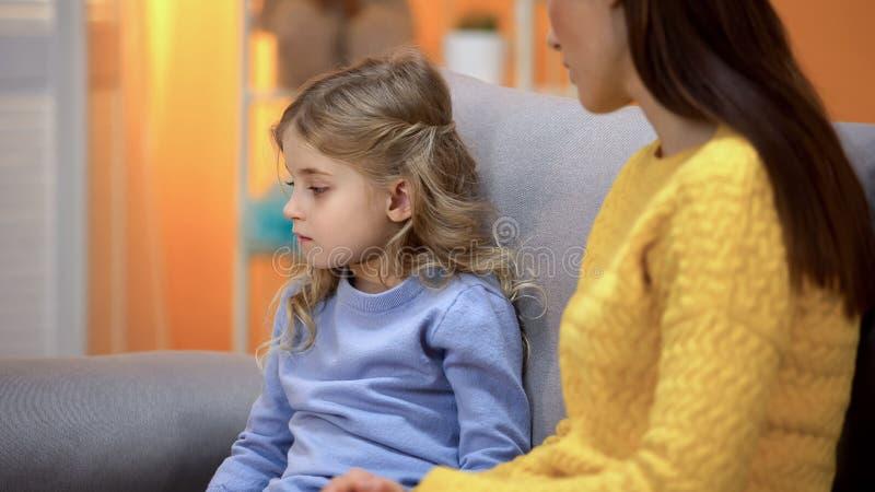 Het droevige meisje draaide vanaf dame, goedkeurend geen babysitter, conflict met moeder royalty-vrije stock foto's