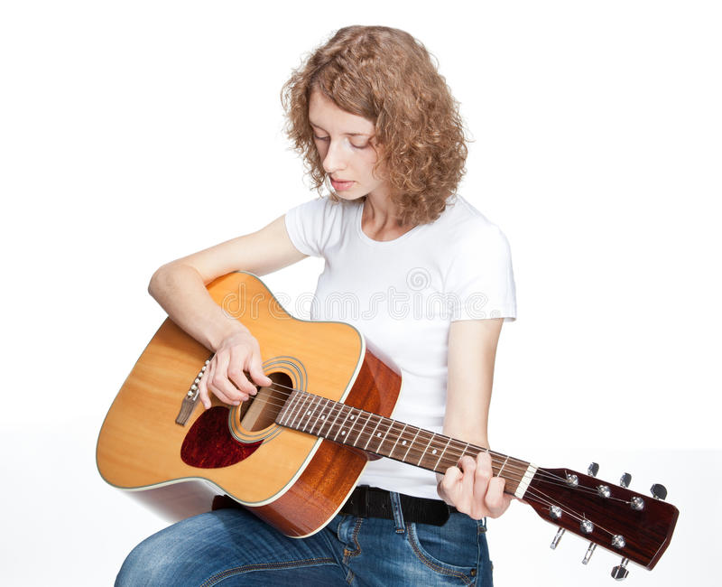 Het droevige mooie meisje spelen op gitaar royalty-vrije stock afbeeldingen