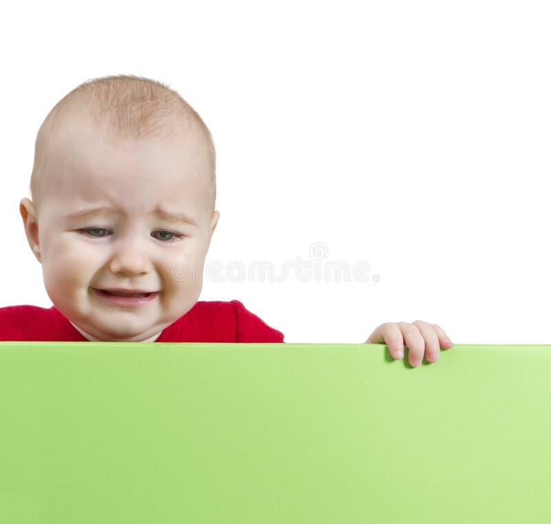 Het droevige schild van de jong kindholding stock afbeeldingen