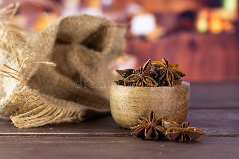Het droge bruine fruit van de steranijsplant met rustieke keuken royalty-vrije stock fotografie