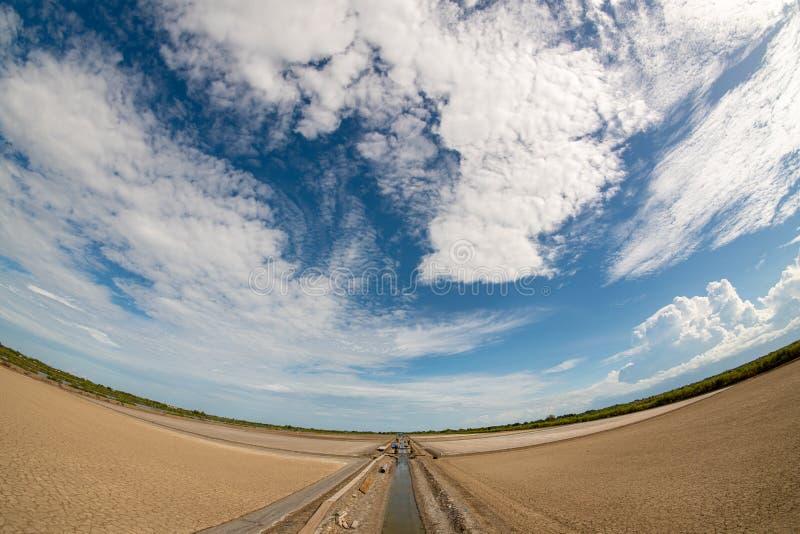 Het droge land, de middaggier en de heldere hemel zijn Er vele types van witte behandelde wolken royalty-vrije stock afbeeldingen