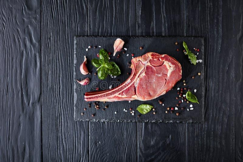 Het droge oude ruwe lapje vlees van het tomahawkrundvlees stock foto