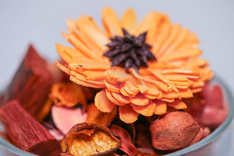 het droge Welriekend mengsel van gedroogde bloemen en kruiden van de bloemblaadje geurige bloem stock foto