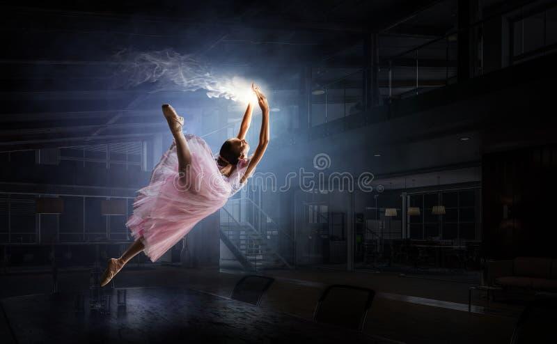 Het dromen om ballerina te worden Gemengde media stock illustratie