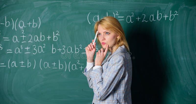 Het dromen van een rooskleurige toekomst Nadenkende vrouw Terug naar School Lerarendag leraar op schoolles bij bord royalty-vrije stock foto's