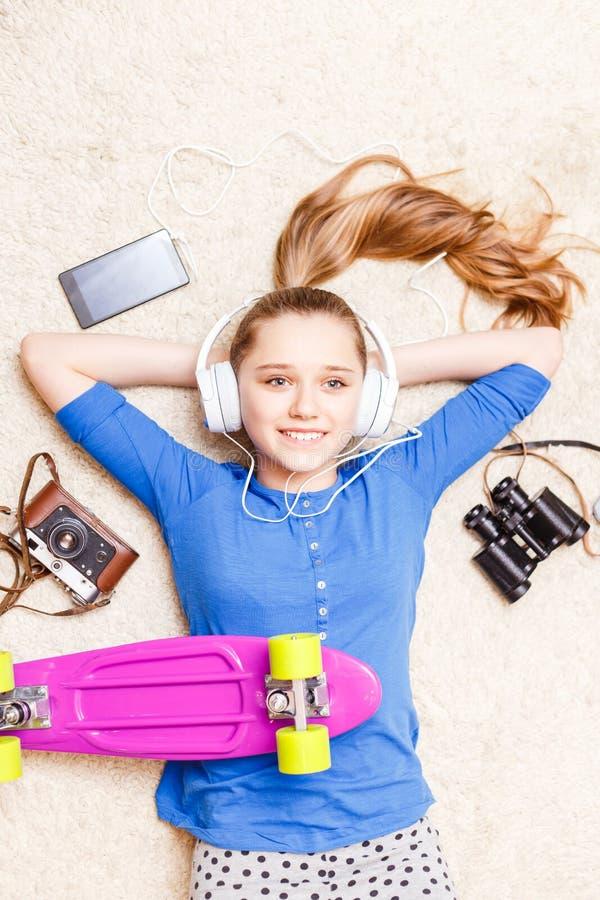 Het dromen van het vrolijke tiener liggen op de vloer royalty-vrije stock foto's