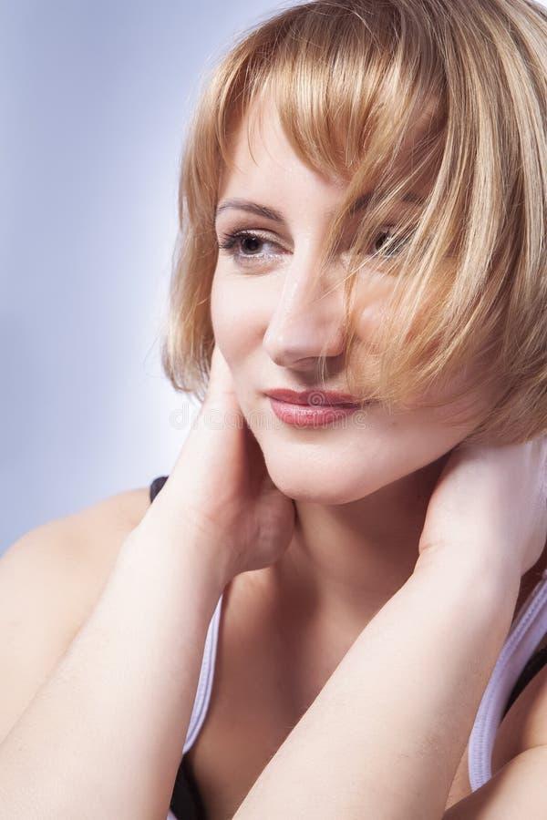 Het dromen van Kaukasische Blonde Vrouw in Toevallige Kleding stock afbeelding