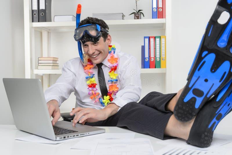 Het dromen van vakantie. Vrolijke zakenman in vinnen en snork royalty-vrije stock afbeelding