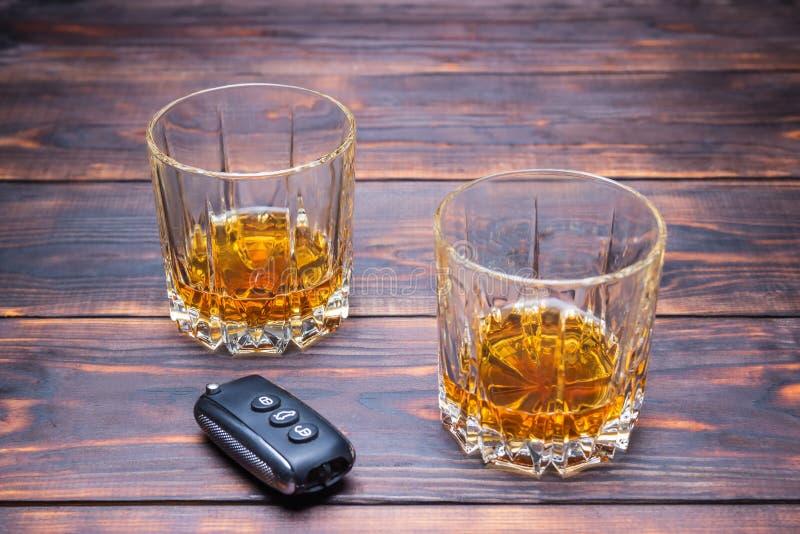 Het dronken drijven Glas in mensenhanden en autosleutels drank royalty-vrije stock foto