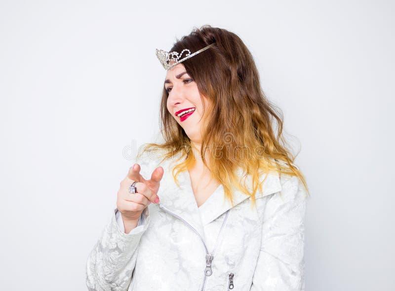 Het dronken meisje dragen in het witte elegante jasje en de zilveren kroon, past de make-up rode lippenstift aan royalty-vrije stock foto