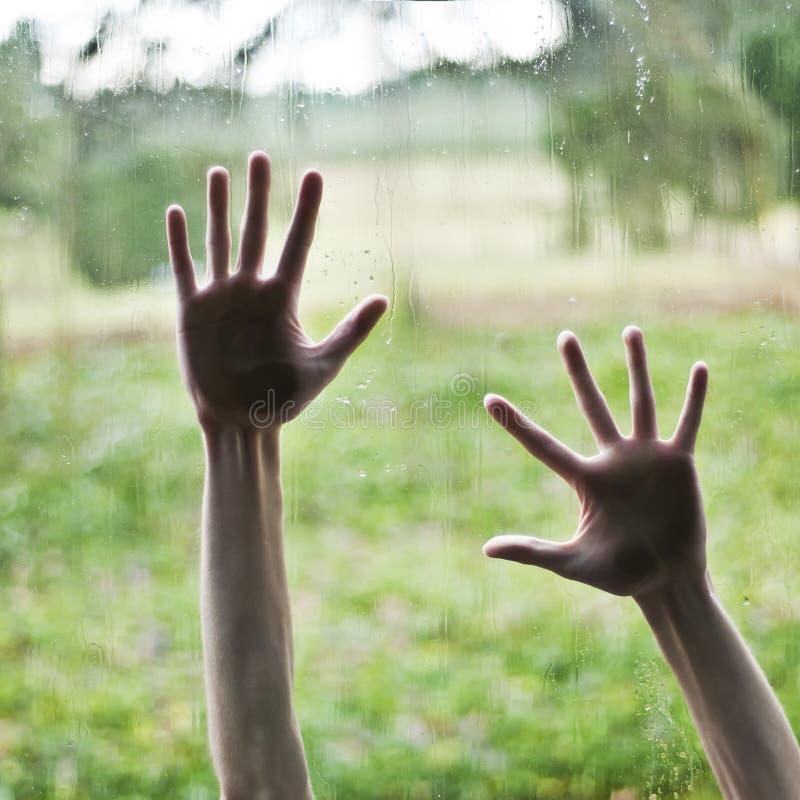 Het drukken van de hand tegen venster royalty-vrije stock afbeeldingen