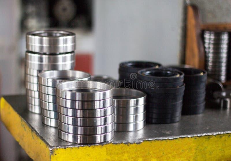 Het drukken van het lager in een metaalhouder, persmachine, close-up, assemblage royalty-vrije stock afbeelding