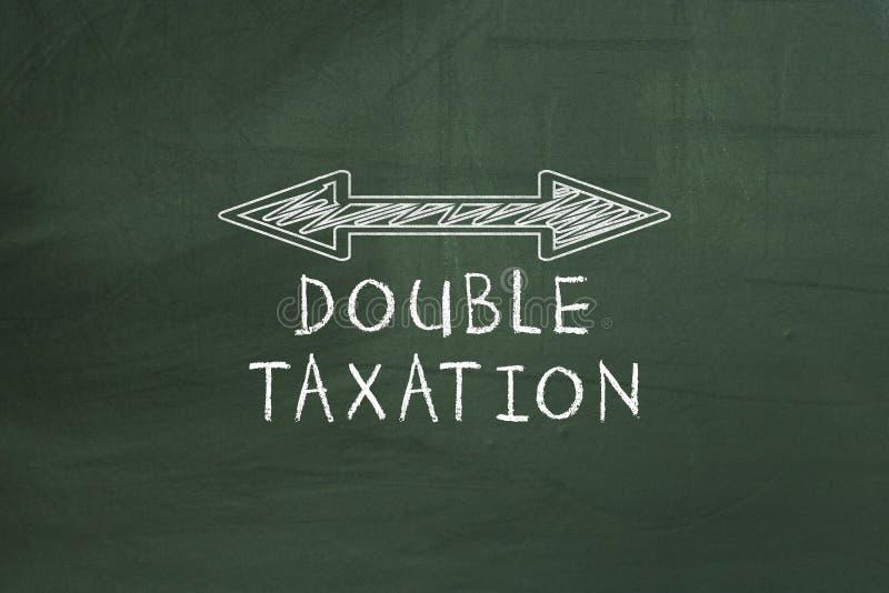 Het dubbel arrowed lijn die Dubbele belastingheffingsconcept op bord tonen royalty-vrije stock foto