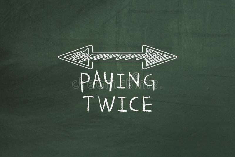 Het dubbel arrowed lijn die tweemaal betalend belastingsconcept op groen bord tonen vector illustratie