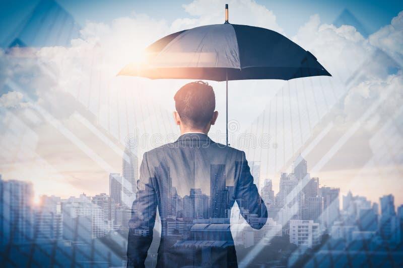 Het dubbele belichtingsbeeld van de zakenwereld verspreidt paraplu tijdens de zonsoprijoverlay met een cityscape-afbeelding Het b stock foto