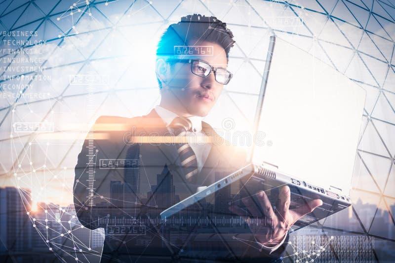 Het dubbele blootstellingsbeeld van de zakenman die een laptop computer met behulp van tijdens zonsopgangbekleding met cityscape  stock foto