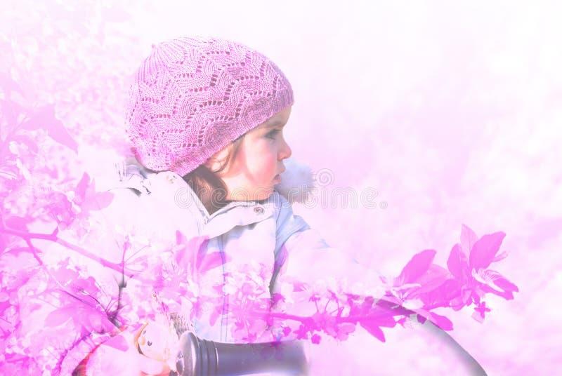 Het dubbele blootstellingsbeeld van een klein meisje met roze GLB en de lente komt tot bloei royalty-vrije stock afbeeldingen